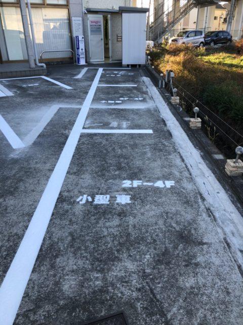 駐車場の区画線を書いてます