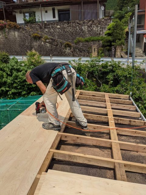 コンテナハウスに屋根を作ります