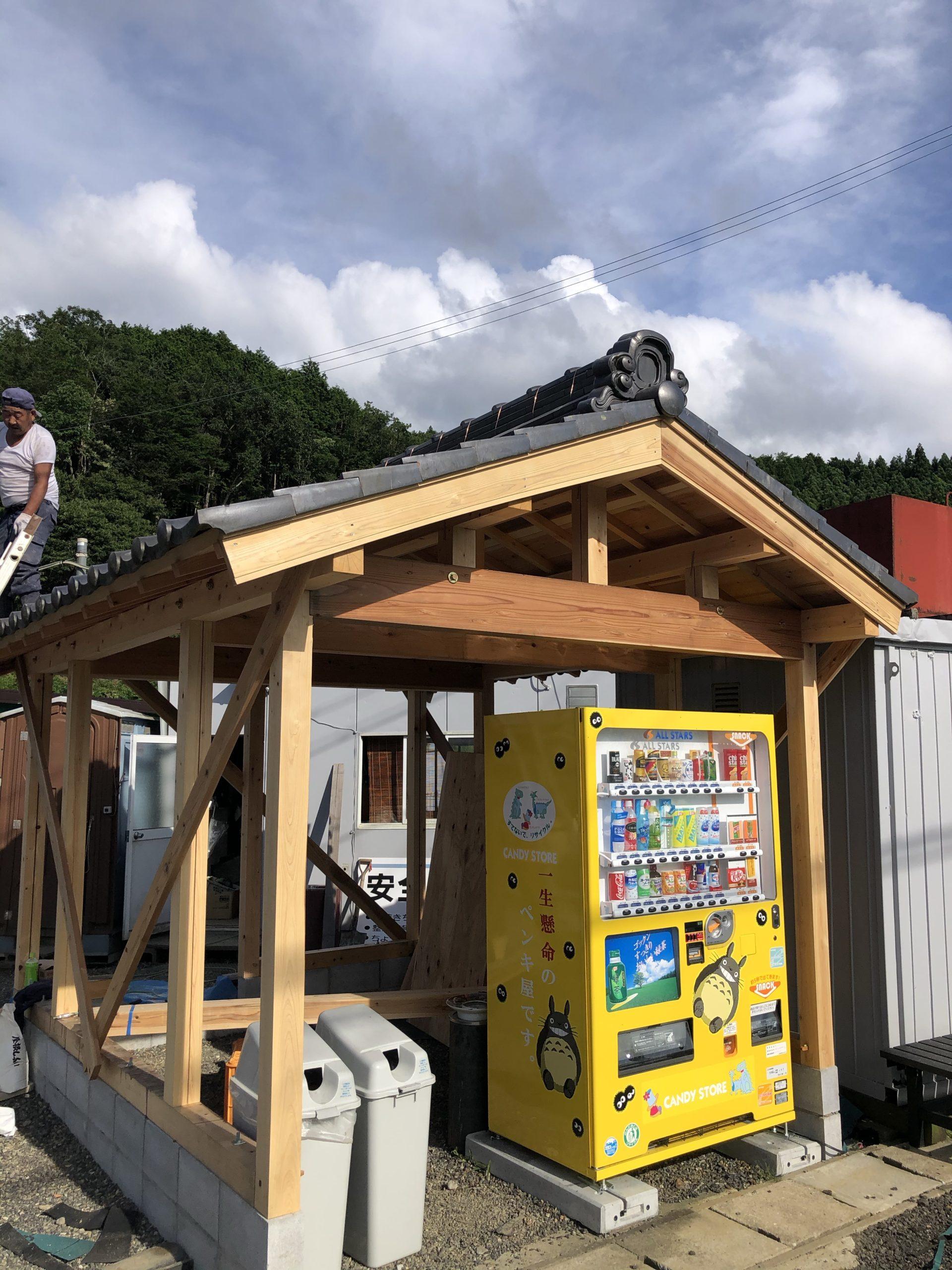 会社の自販機に屋根が完成しました。